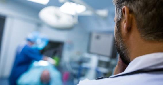 A fumaça cirúrgica pode oferecer vários riscos a médicos, pacientes e enfermeiros, contudo é possível evitar esse cenário no centro cirúrgico.