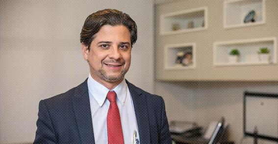 Dr. Sandro Faria, urologista, conta sobre sua experiência ao utilizar o grampeador robótico SureForm em uma das primeiras cistectomias.